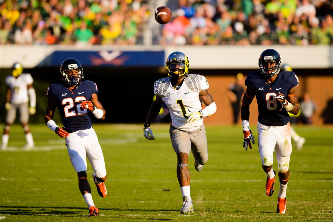 Oregon Wide Receiver Josh Huff Looks On Towards A Bouncing Football In Vain After A Overthrown Pass F Oregon Football Virginia Cavaliers University Of Virginia