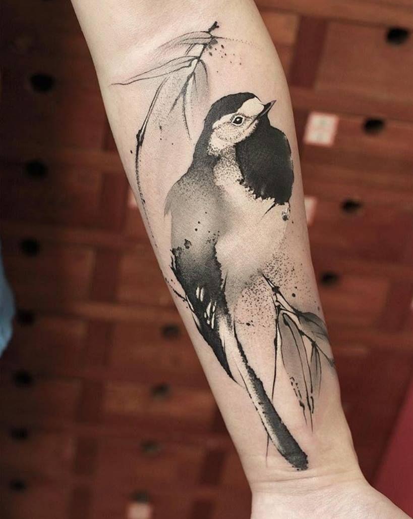 Tatuaje de una ave en el brazo