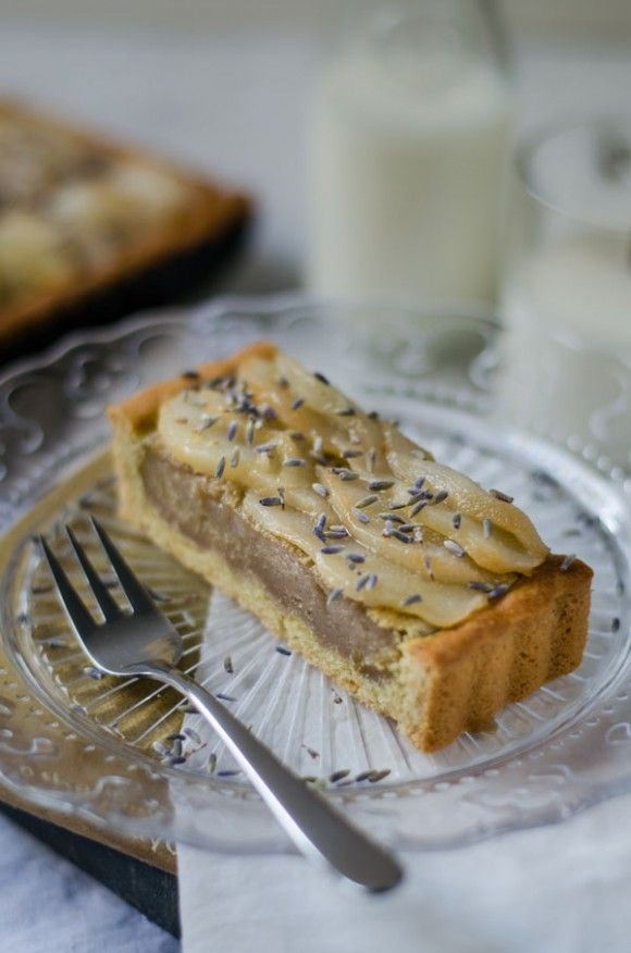 Pear and Lavender Tart with Almond Crust | http://oggipanesalamedomani.it/2014/01/29/crostata-alle-pere/
