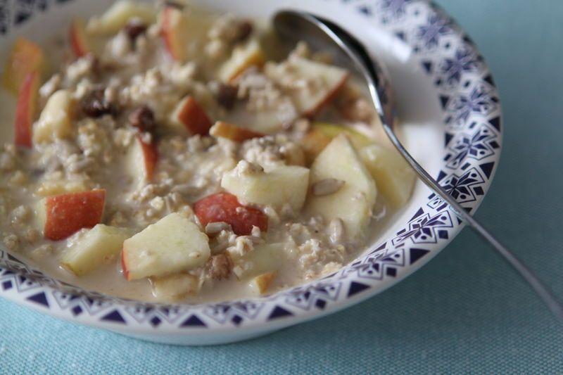 Petit déjeuner aux flocons d'avoine et aux fruits