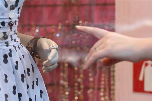 Montrer du doigt, vitrine paris © Caroline DUEZ
