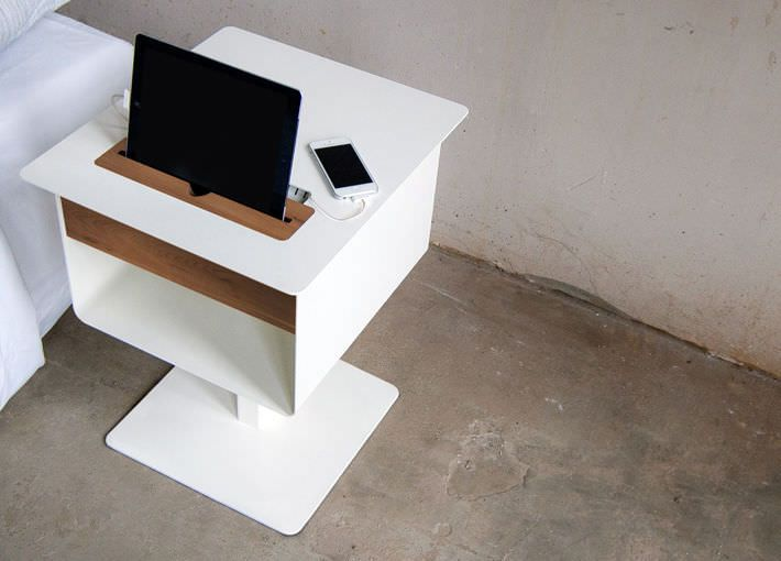 Table de chevet / contemporaine / en bois / avec prise de courant ...