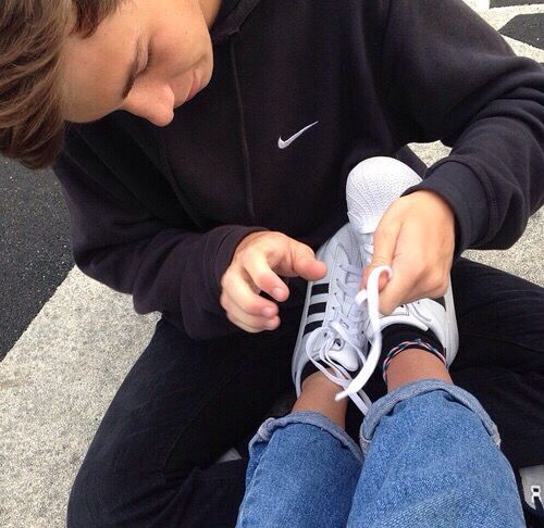 Tying Her Shoe Laces With Images Boyfriend Goals Teenagers