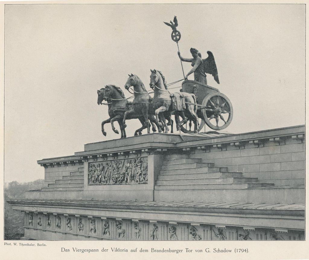 Berlin Ca 1905 Das Viergespann Der Viktoria Auf Dem Brandenburger Tor Von G Schadow Brandenburger Tor Berlin Fotos Historische Fotos