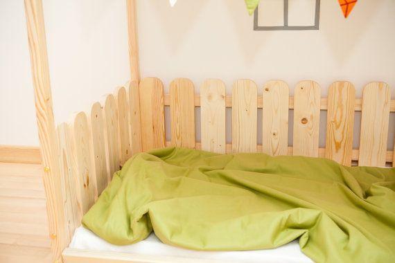 Montessori cuna piso cama es sorprendente para el interior de la habitación de bebé donde los niños pueden dormir y jugar. Es un regalo único. Esta adorable casa hará que la transición de la cuna a la cama suavemente. Cama está diseñada siguiendo Montessori principios de independencia, edificio, te ahorra mucho espacio en la habitación del bebé y no tienes miedo de que su bebé podría rodar fuera de la cama. Orden incluye armazón de la cama, pero no incluye accesorios en cuadros y colchón…