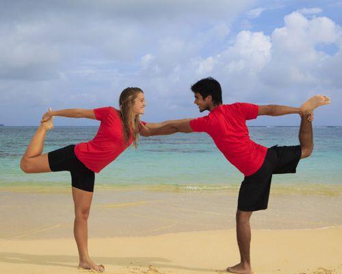 posturas de yoga en pareja principiantes