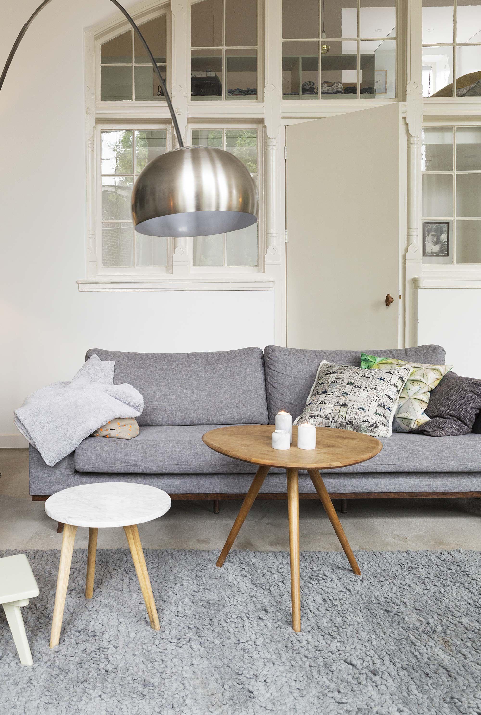 Lichte woonkamer met grijstinten en een booglamp | Bright living ...