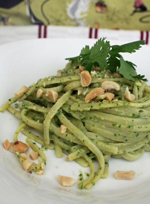 Linguini with Thai Pesto, by Robin Rpbertson from Nut Butter Universe / solo quiero comer cosas verdes, no me juzguen