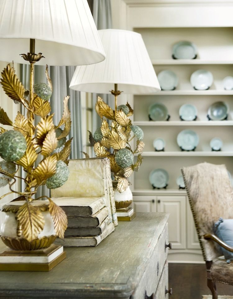 Beautiful room by Tammy Connor. I adore those gold and verdigris tole lamps!