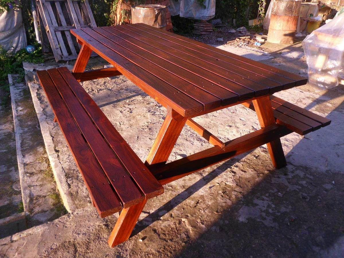 Mesa de madera con bancos incorporados para barbacoa o for Muebles de jardin uruguay
