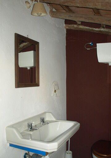 Este pequeño aseos es realmente el antiguo cuarto de baño ...