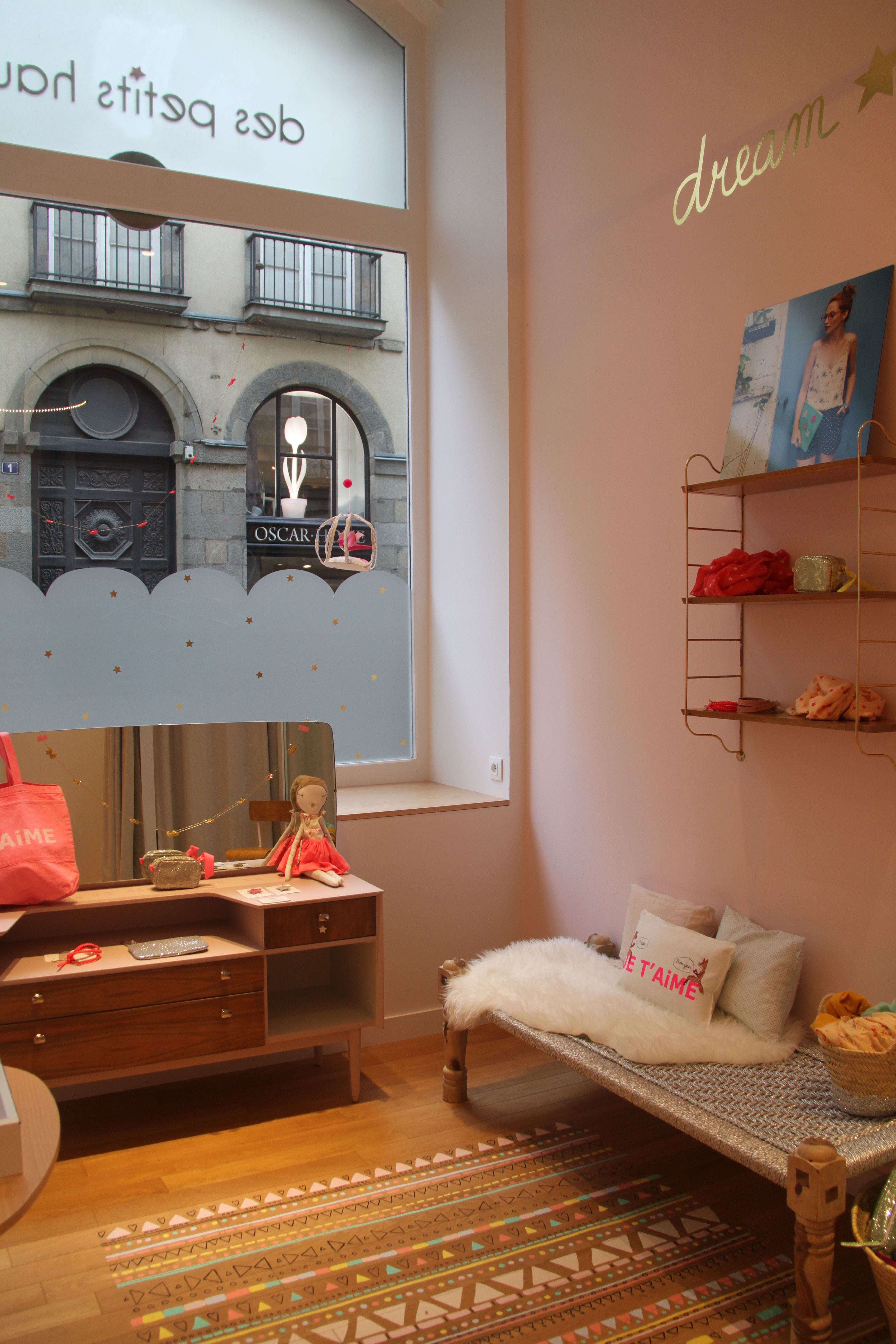 banc de chez ouma production et coiffeuse de chez les jolis meubles chez des petits