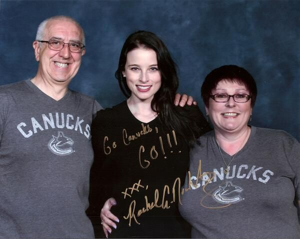 Rachel Nichols poses with fellow Canucks fans (and fans of Continuum as well) at Emerald City Comic Con (via @karaokesoul on Twitter)