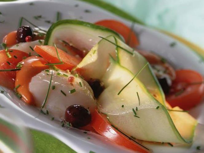 05 - Ensalada de tomate en rama y vieira, Corta unos tomates en rama en rodajas. Aparte, pasa por la plancha unas vieiras, reservando el jugo que desprendan. Corta en láminas muy finas (en carpacho) medio calabacín. Junta los ingredientes (procura que las vieiras estén tibias) y añade un toque de cebollino fresco.  Aliño: aceite de oliva virgen extra mezclado con el jugo que han soltado las vieiras y un ligero toque de limón.