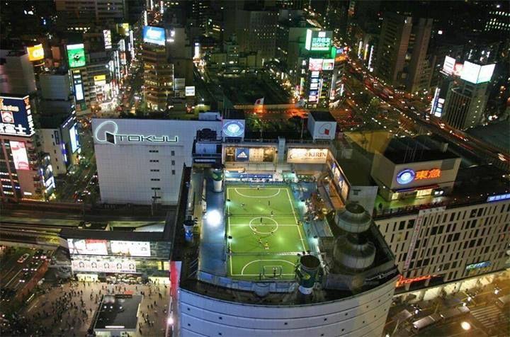 Alucinante Campo De Fútbol Sobre Una Terraza En Tokio