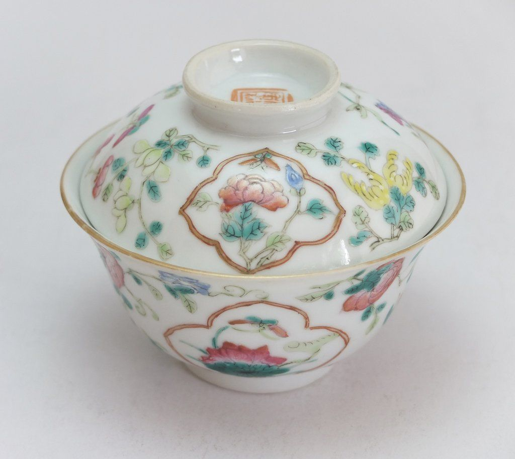 Famille rose porcelain cup with cover (Iron red Tongzhi mark and of the period)