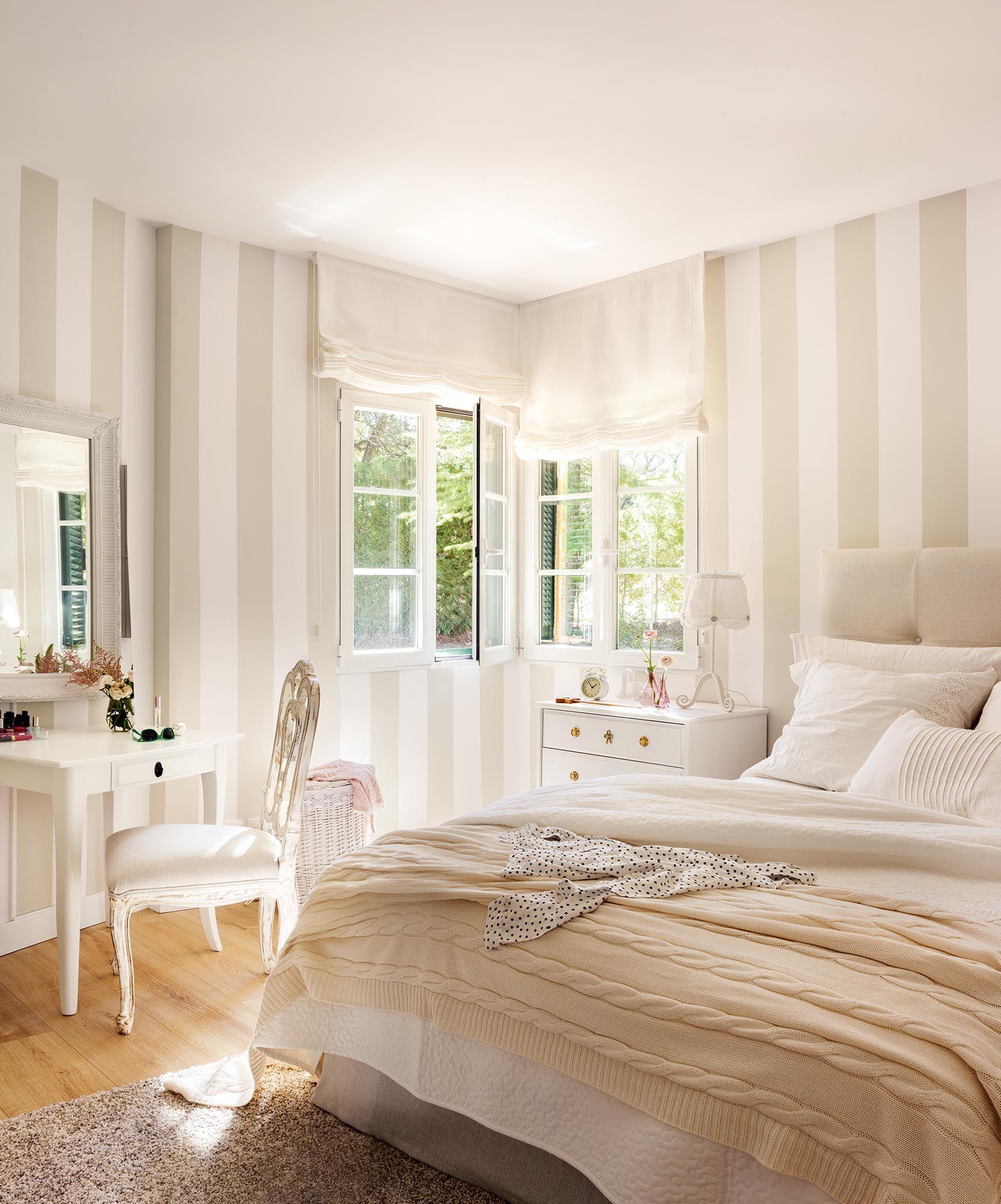 Dormitorio cl sico en blanco con paredes con papel pintado - Habitaciones pintadas con rayas ...