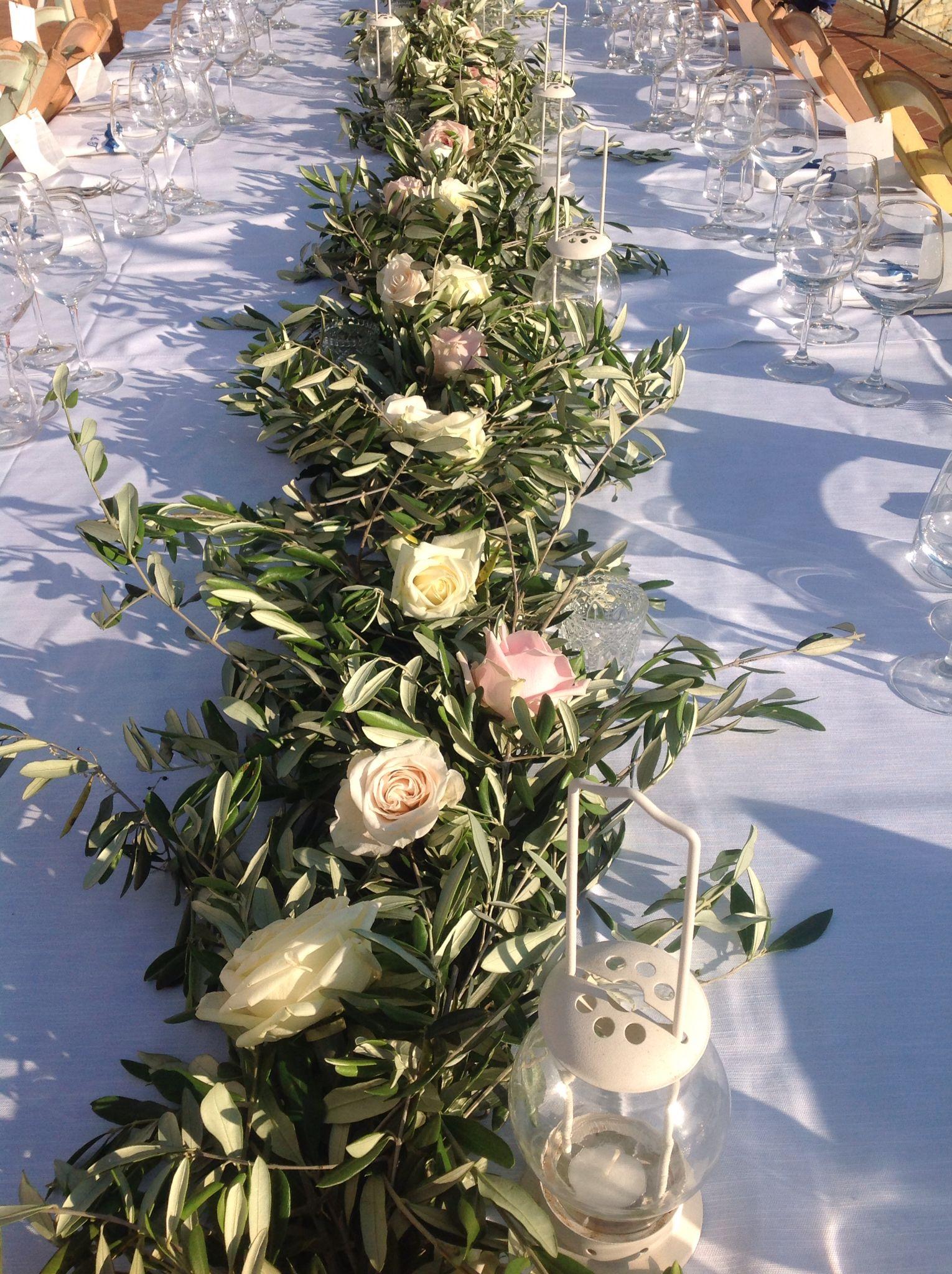 Olivo e rose fanno di un tavolo imperiale un effetto scenico molto trend.