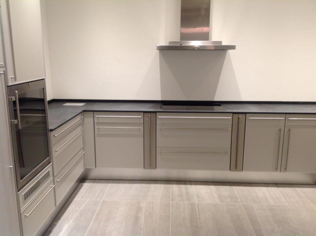 Aufmass Lieferung Und Montage Von Schiefer Arbeitsplatte Material Mustang Schiefer In 2 Cm Starke Inkl Kantenbearbeitung Home Decor Kitchen Kitchen Cabinets