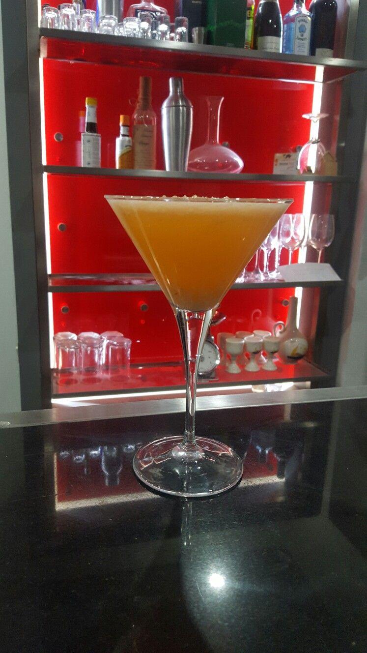 Mixologia Oriente Lichies Gin Bombay Sapphire  Aperol  Hielo
