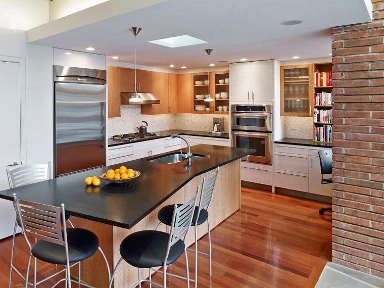 Isla con encimera negra en la cocina peque a moderna for Modelos de islas para cocinas pequenas