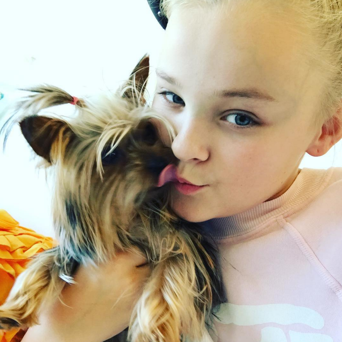 Jojo Siwa Her Puppy Pose For An Adorable Selfie All About Jojo