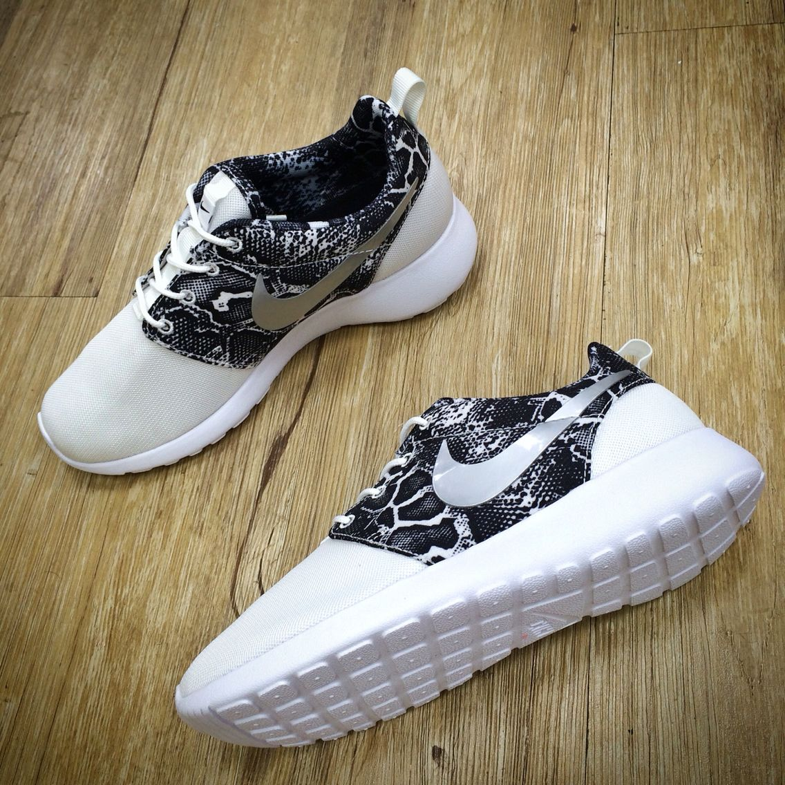 Wmns Nike Roshe One Print Snakeskin White Silver Womens Running Shoes