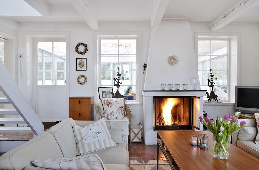 Прохладное цветовое решение и жаркий камин. Http://interior.pro/interiors