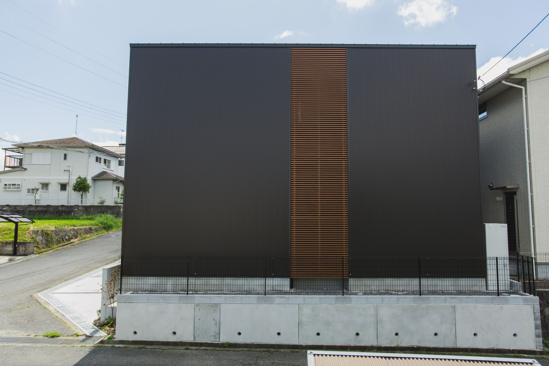 サイドの杉板がアクセントになった外観 ルポハウス 設計事務所