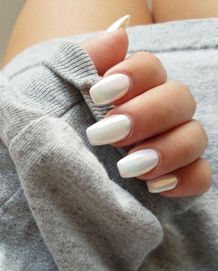 Nunca había visto uñas metálicas de color blanco, que bonitas ...