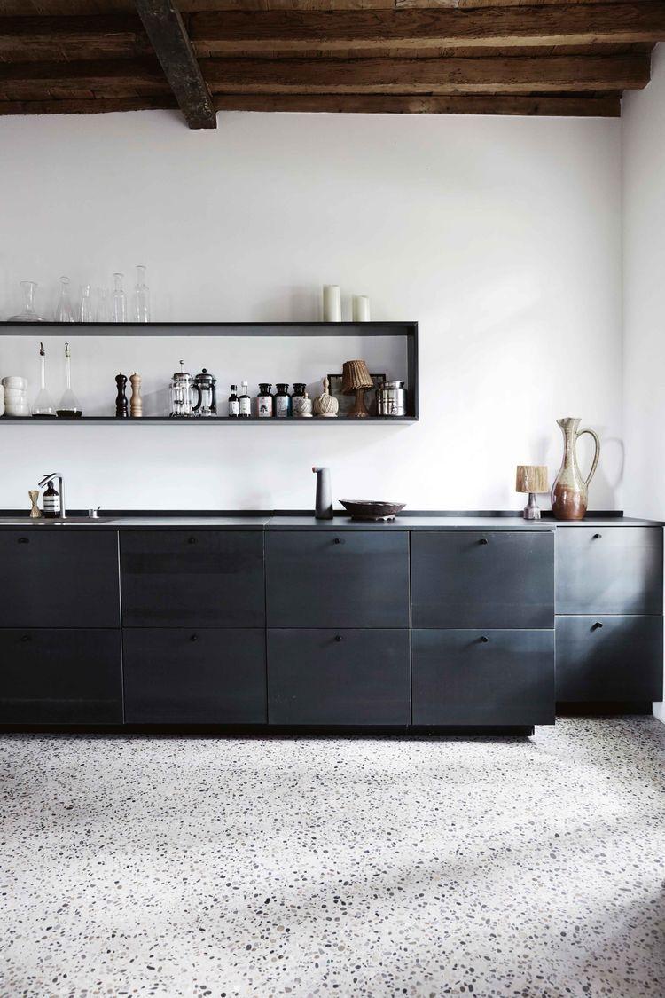 sol terrazzo et mobilier de cuisine noir