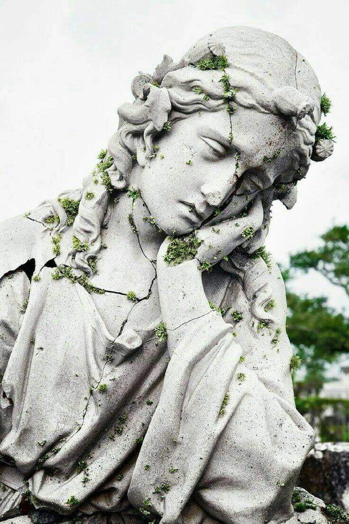 Trouvé cette triste Mary dans une église abandonnée au fond d'une forêt au Costa Rica.   – Statues and Classical Art