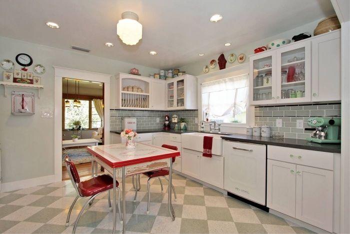 Retro Küche In Grau Und Weiß Mit Roten Akzenten