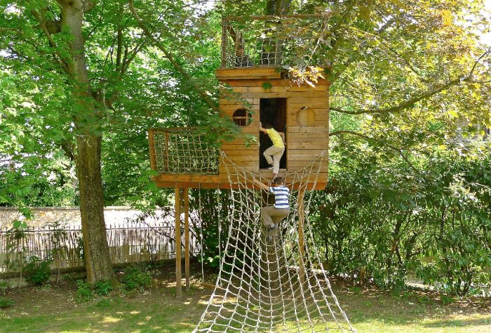 cabane perch e de pirate entre 2 arbres tree houses. Black Bedroom Furniture Sets. Home Design Ideas