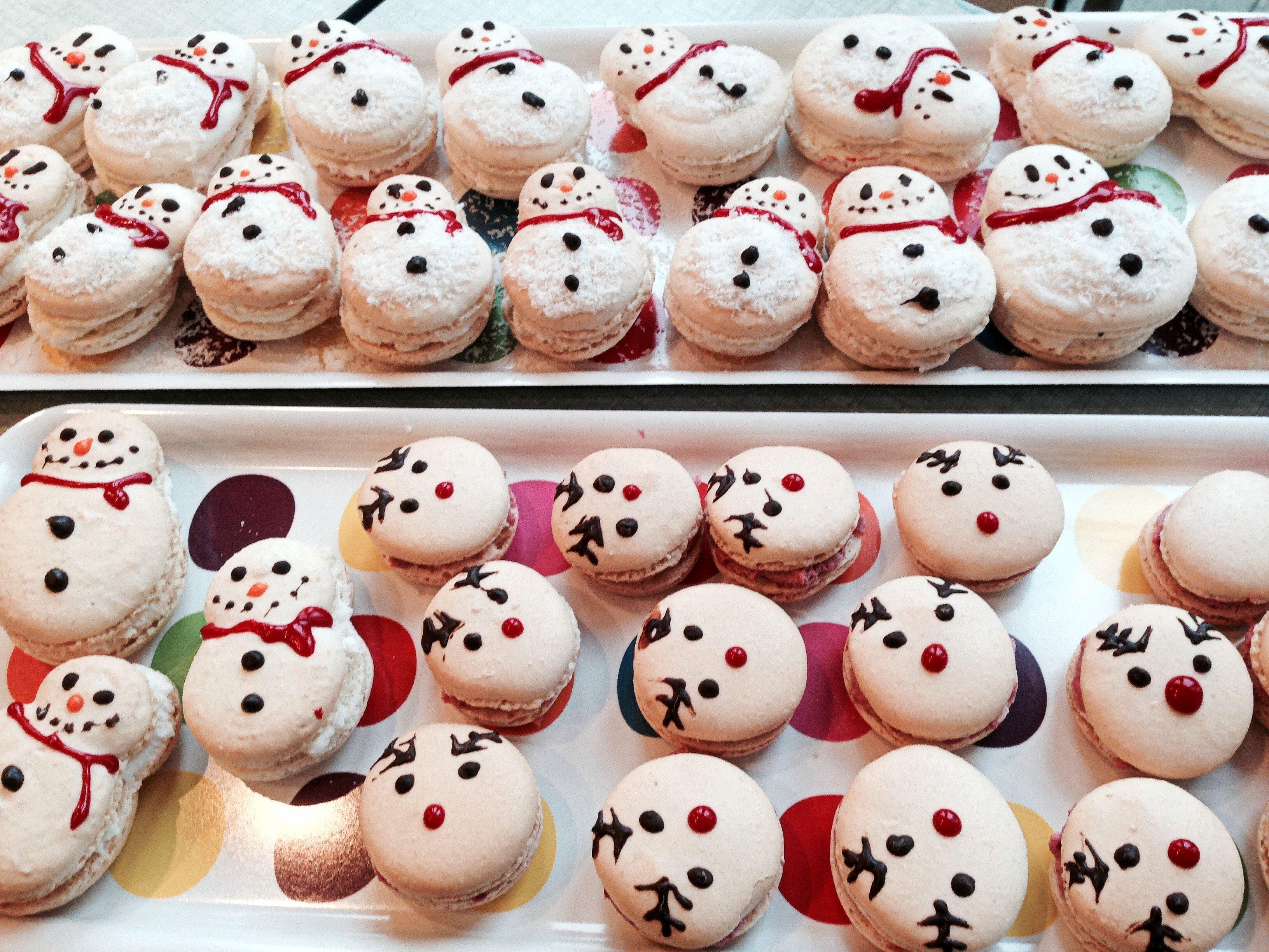 Sneeuwman & rendier macarons met kokosvulling (www.degeurvan.com)