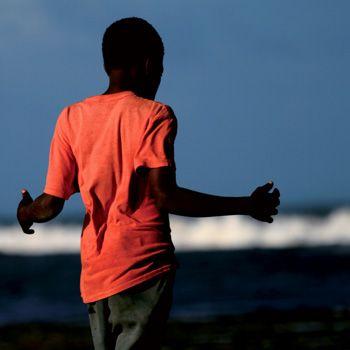 L'ABBRACCIO  Non si sa a che pensi questo silenzioso ragazzo davanti a quel misterioso mare, ma le sue braccia sono pronte a ricevere tutto quello che esso gli vorrà dare. ©ludovicomariagilberti ©rosariamorganti #africa #kenya #ludovicomariagilberti #rosariamorganti