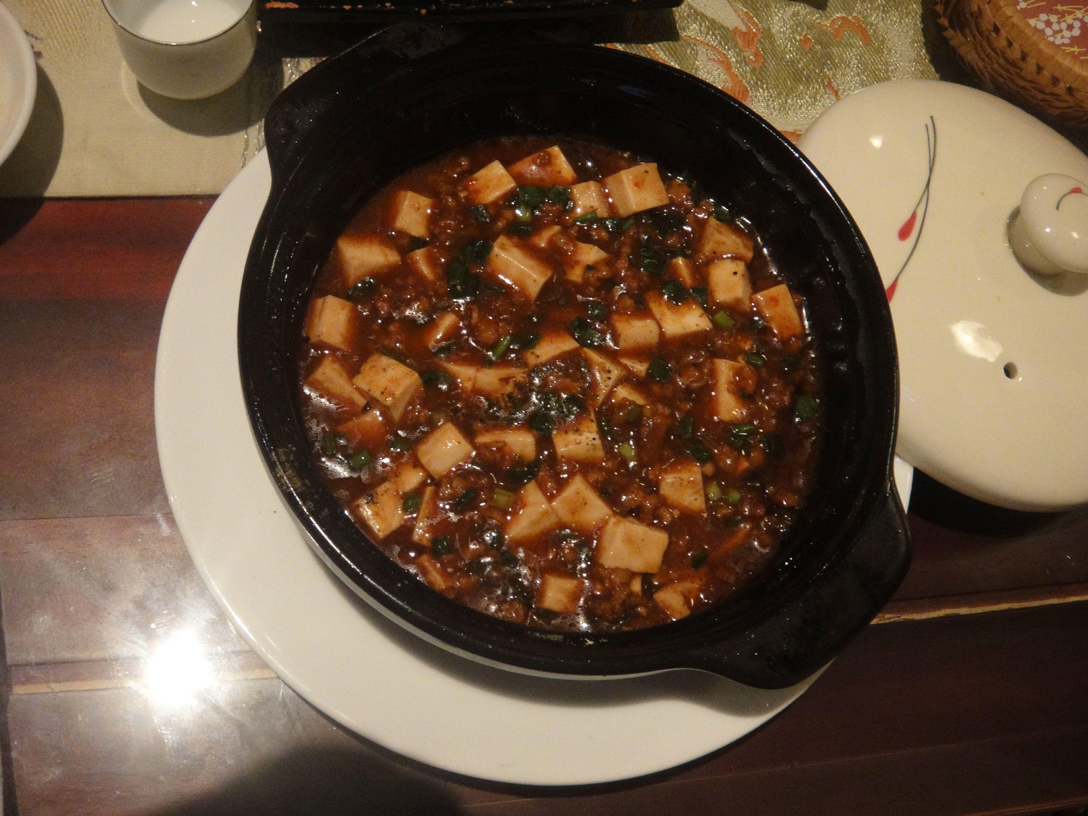Tofu com carne moída de porco bem apimentada. Em restaurante japonês de Hoi An, Vietnã