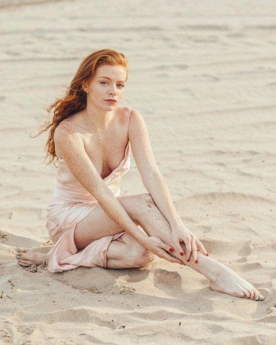 LEOLA: Nude ladies pussy