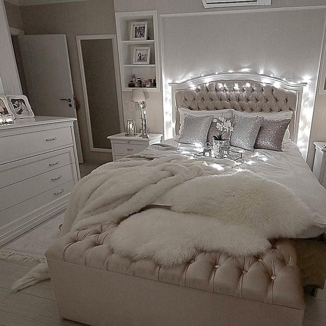 It S Glam But Comfy At The Same Time Decolove Art Glamourous Bedroom Champagne Bedroom Glam Bedroom Decor