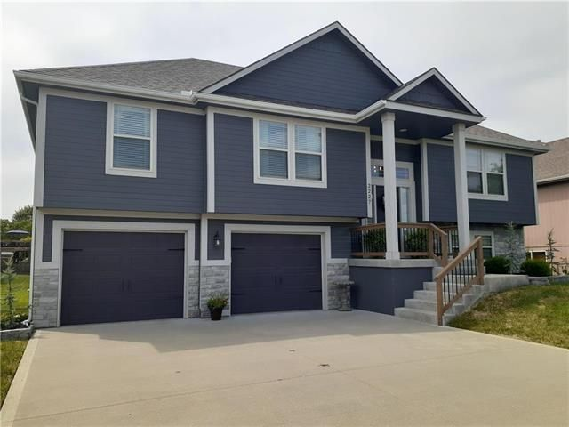 Coming Home To This House Each Day Would Make Every Day A Good One Bluesprings Realestate Janice Cunha Janicemovesyou In 2020 Split Level House House Wet Bar