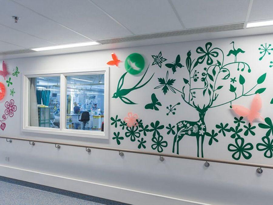 Me encanta que se invierta en proyectos para que artistas intervengan espacios hospitalarios de pediatría. Éste es el hospital Real de Londres...