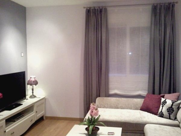 Cortinas para sal n con paredes blancas y muebles ceniza for Cortinas salon gris