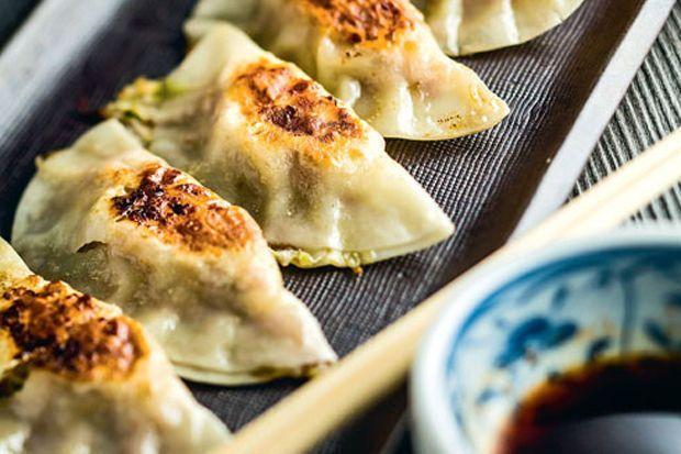 Japan is dit jaar de centrale gast op het Brusselse Vakantiesalon. Voor ons de gelegenheid om te focussen de Japanse gastronomie. Een kennismaking aan de hand van drie recepten uit de keuken van restaurant Samouraï, dat onlangs een derde ramen-bar opende in Brussel.