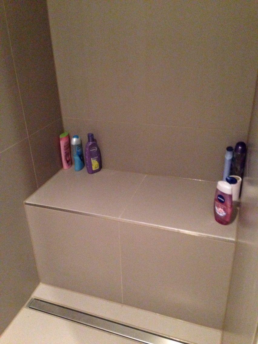 Bankje in douche. Afgewerkt met strip.   badkamer   Pinterest   Toilet