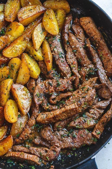 Garlic Butter Steak and Potatoes Skillet - This easy one-pan recipe is SO simple...  - Recettes Via