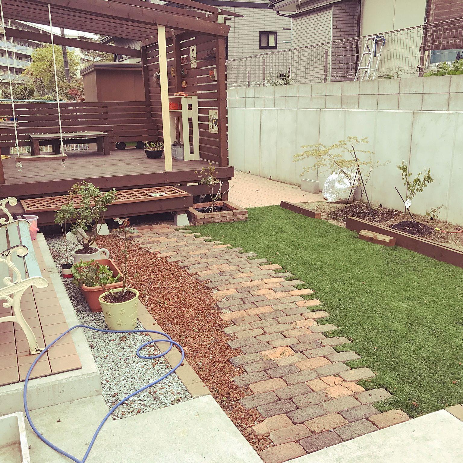 玄関 入り口 人工芝 ウッド花壇 アプローチ Diy などのインテリア