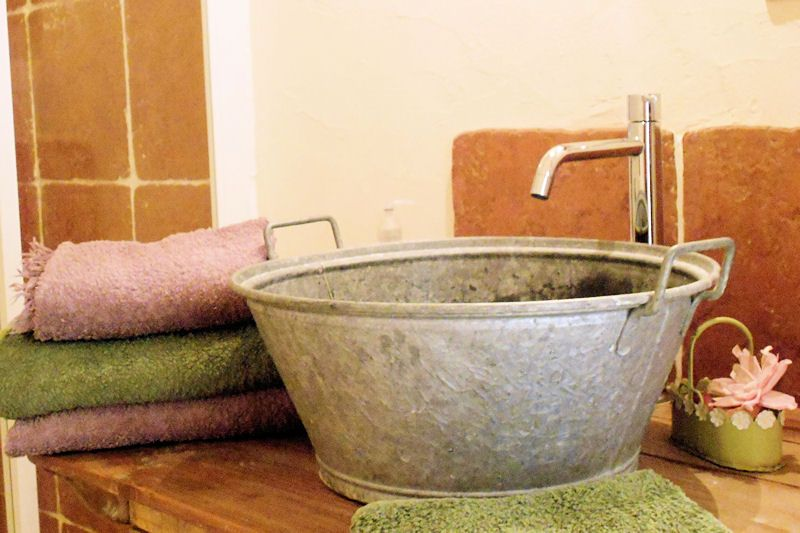 Bassine en zinc revisit e en vasque salle de bains salle de bains r cup salle de bains - Salle de bain recup ...