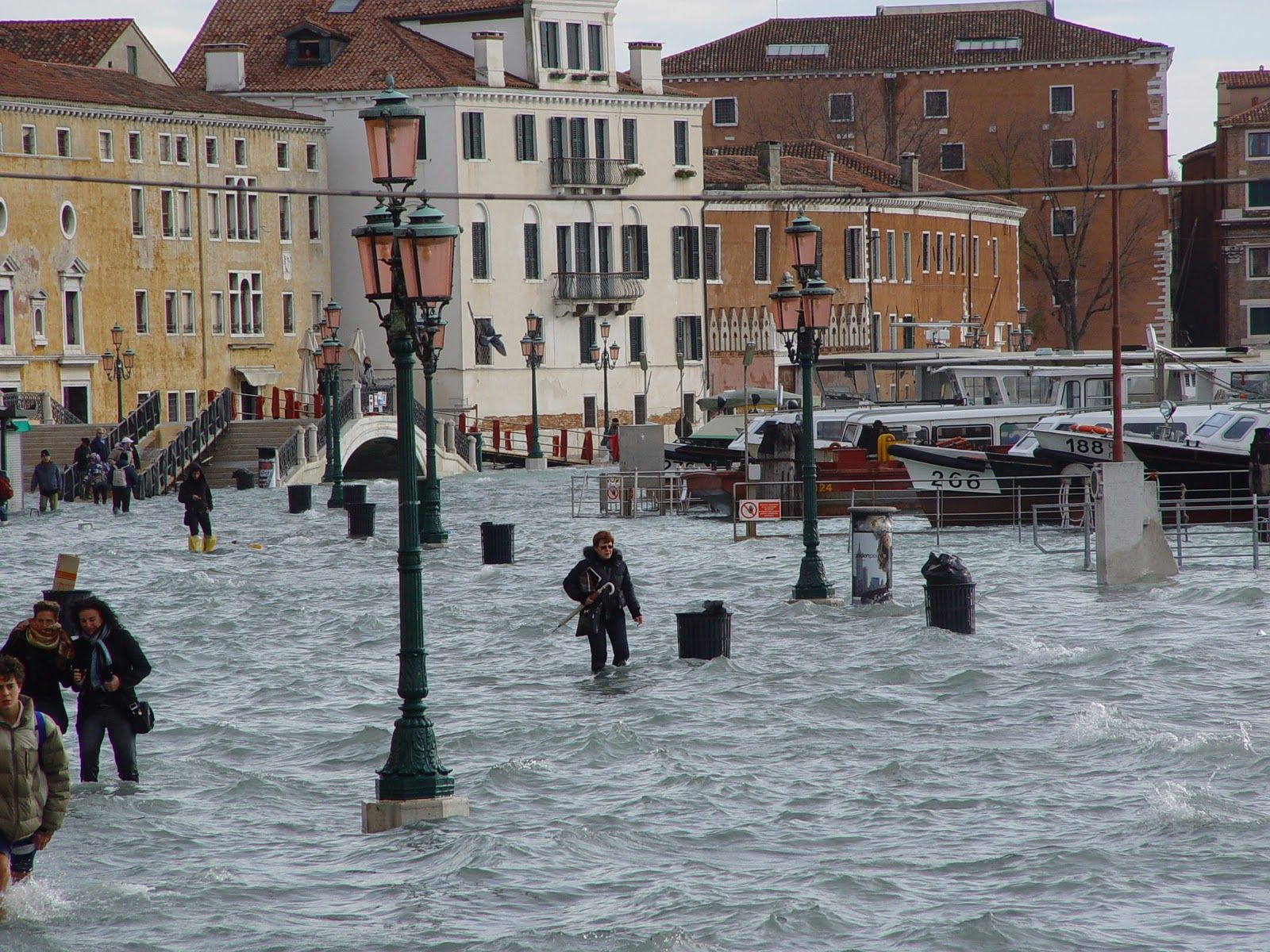 venezia http://cartesensibili.wordpress.com/2014/09/06/acqua-alta-francesca-diano