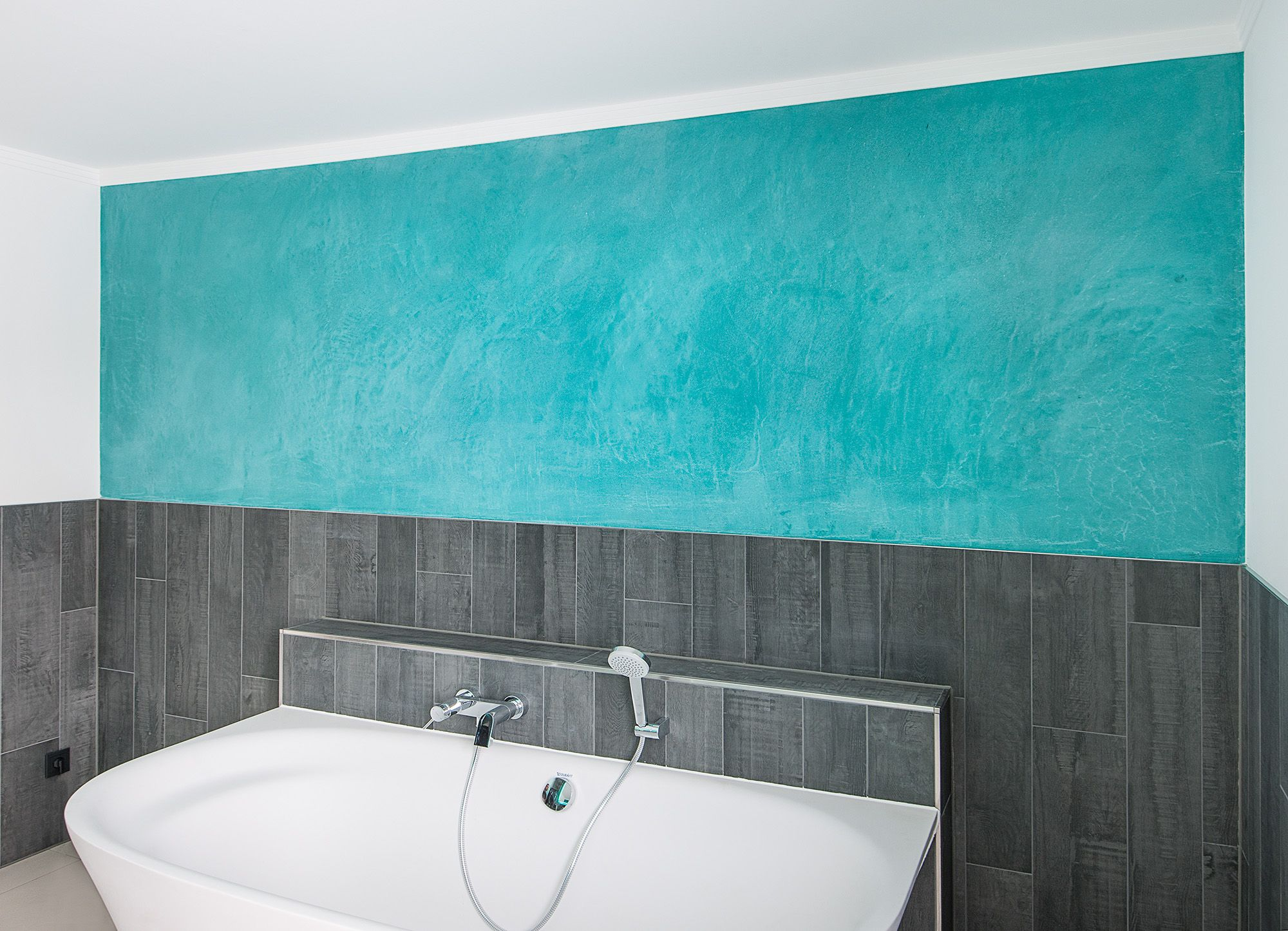 Farbige Gestaltung Einer Badezimmerwand Mit Spachteltechnik. Farbgestalter  Hannover  Farbdesign In Einem Badezimmer. Kreative