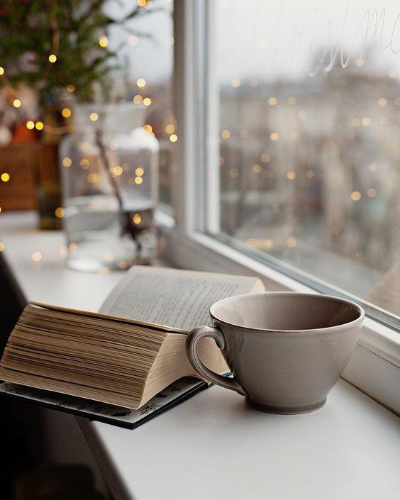 Einfach mal eine heiße #Tasse Tee kochen, ein #Buch schnappen und ans Fenster kuscheln. Bücher und Podcasts sind ideale Beschäftigungen, um runterzufahren, sich zu sammeln und den Moment zu genießen. So auf der #7Mind Podcast mit Impulsen für ein gutes und #achtsames Leben! #fairylights